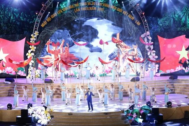 Các tiết mục biểu diễn văn nghệ chào mừng Ngày hội giao lưu văn hóa, thể thao và du lịch vùng biên giới Việt Nam-Lào. Ảnh: TTXVN