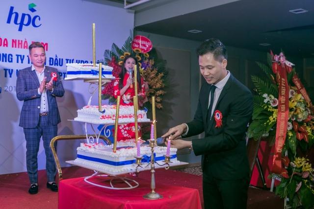 Ông Phạm Văn Thuyết – Giám đốc công ty cắt bánh Chúc mừng sinh nhật Việt Nhật PTM