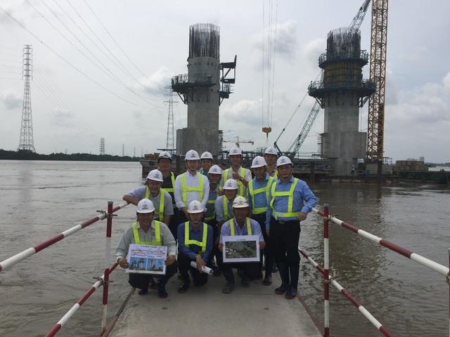GS Nguyễn Đình Đức, GS Hironori Kato và các học trò Chương trình kỹ thuật hạ tầng của Trường ĐH Việt Nhật tại công trường thi công cầu dây văng Bình Khánh (Sông Nhà Bè, TP Hồ Chí Minh).