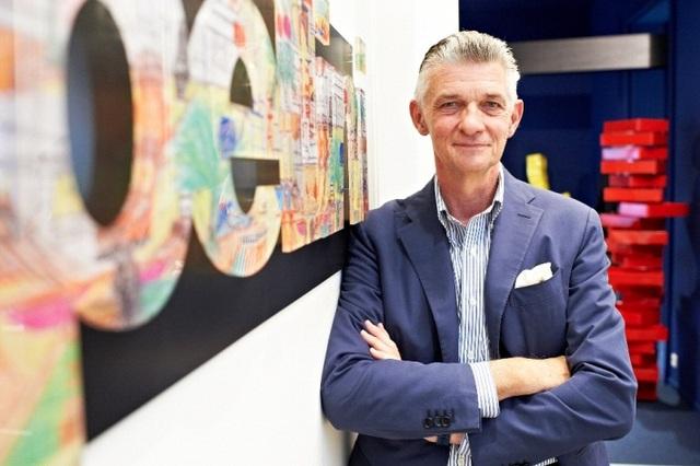 Giulio Cappellini được trao danh hiệu ''Đại sứ Thiết Kế Ý'' trên toàn thế giới vì những công lao to lớn đã làm cho nền thiết kế Ý