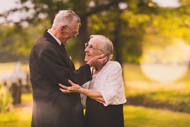 Dù đã kết hôn được 65 năm nhưng hai cụ vẫn thường xuyên dành cho nhau những cái nhìn say đắm