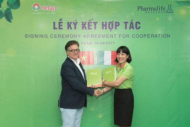 Giám đốc Công ty Cổ phần Dược phẩm Delap Lê Thanh Nội ký kết hợp tác với ông Marc Duperchy – CEO của Pharmalife Research