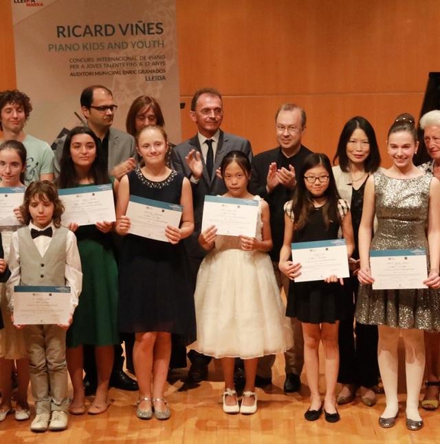 Minh Châu (váy trắng) xuất sắc giành giải Nhất bảng II dành cho lứa tuổi từ 12-14 tuổi.