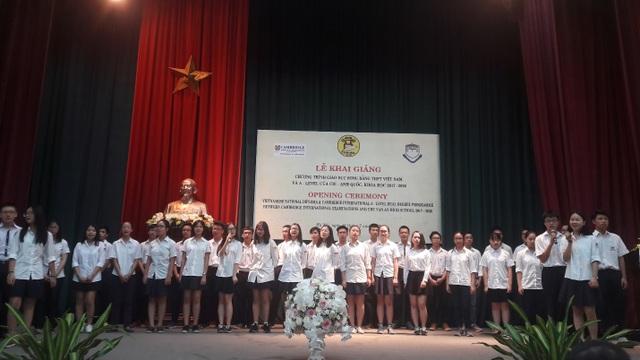 50 học sinh đầu tiên của chương trình đào tạo song bằng hát trong lễ khai giảng