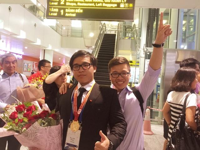 """Phạm Đức Anh (trái) và anh trai Phạm Minh Tuấn đều là """"chiến binh"""" của đội tuyển Việt Nam tại Olympic Hóa học quốc tế."""