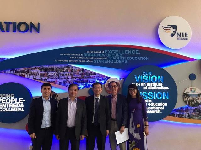 GS.TS.Phạm Quang Trung (thứ hai, bên trái) tại Học viện Giáo dục Quốc gia Singapore