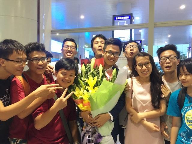 Lâm hạnh phúc trong vòng vây chào đón của thầy cô, bạn bè và các em khóa dưới sau khi trở về từ kỳ thi Olympic Hóa quốc tế tạị Thái Lan chiều 15/7 (Ảnh: Lệ Thu)