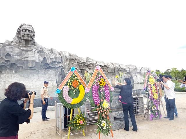 Chủ tịch Quốc hội thắp hương tại Nghĩa trang liệt sĩ tỉnh Quảng Nam và Tượng Mẹ Việt Nam Anh hùng Nguyễn Thị Thứ