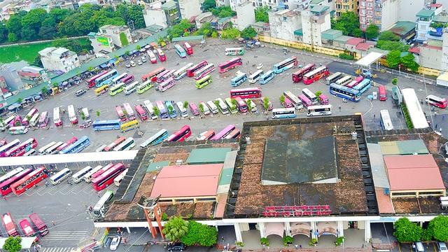 Nằm trên trục đường Giải Phóng ở phía nam của thủ đô Hà Nội, bến xe Giáp Bát là một trong những bến xe khách lớn không chỉ ở Hà Nội mà còn trên phạm vi toàn quốc. Bến được xây dựng trên diện tích 37.000 m2, trong đó khu vực đỗ xe và đón trả khách rộng 17.000 m2, khu vực quảng trường rộng 3.000 m2 cùng đầy đủ khu vực bán vé, phòng vé cùng các khu vệ sinh để phục vụ hành khách.