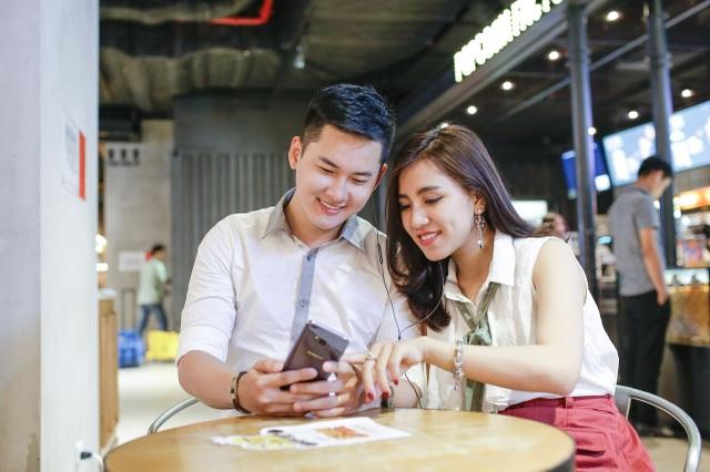 Xem phim trên Galaxy S8 giờ đã trở thành thói quen của bạn Trần Nhật Vũ (bìa trái)