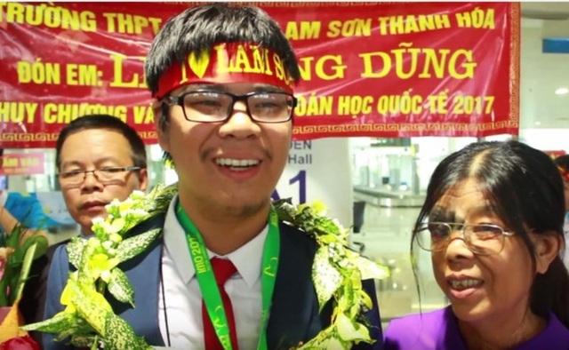 Em Lê Quang Dũng, học sinh trường THPT chuyên Lam Sơn đã giành Huy chương Vàng quốc tế môn Toán