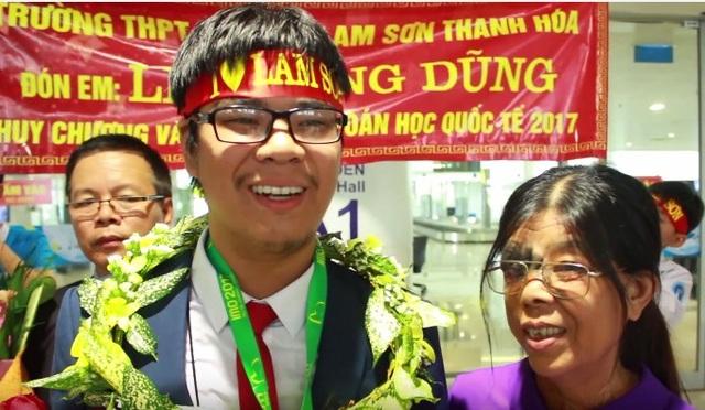 Lê Quang Dũng hạnh phúc bên mẹ sau chiến thắng ở Olympic Toán quốc tế.