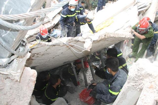 Các chiến sĩ làm nhiệm vụ trong một vụ sập nhà tại Hà Nội (Nguồn ảnh: Phòng Cảnh sát PC&CC Hà Nội cung cấp).