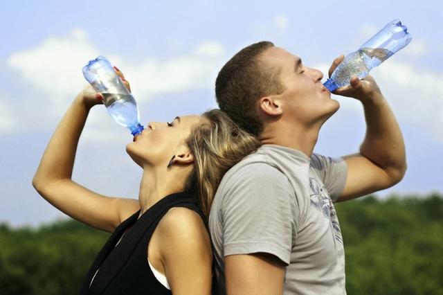 Bạn nên uống nhiều nước trong quá trình điều trị trĩ ( ảnh minh họa)