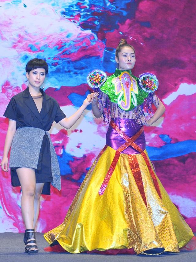 Tường Vi và bộ váy lấy cảm hứng từ vàng mã của cô.