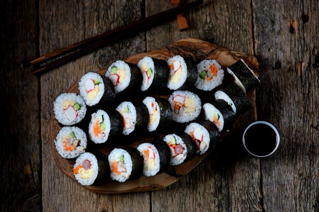 """Cơm cuộn rong biển - món ăn đơn giản, dễ biến tấu cho cả nhà """"lót dạ"""" khi đi dã ngoại"""