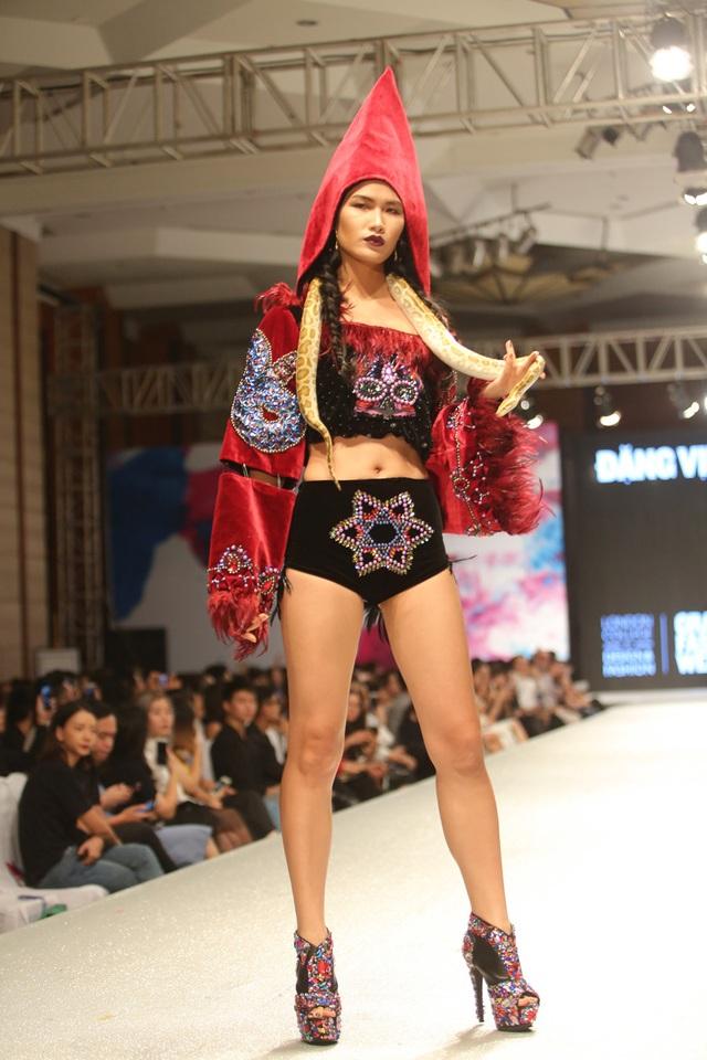 Người mẫu diện trang phục của Việt Tùng mang trăn sống lên sàn diễn.