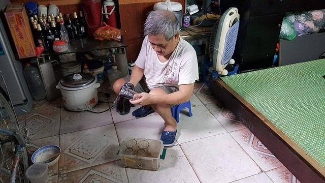 Ông Hùng chuẩn bị cốc cho vợ đi bán nước. Ảnh: Hồ Mặc Mặc