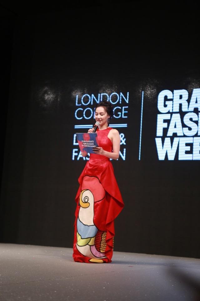 Được biết, các sinh viên Học viện Thiết kế và Thời trang London tại Hà Nội đã thiết kế các bộ trang phục cho MC với phong cách thời trang tinh tế, sang trọng tại sự kiện lần này .