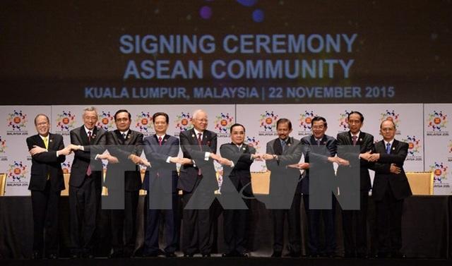 Thủ tướng Nguyễn Tấn Dũng cùng các nhà lãnh đạo ASEAN tại Lễ ký Tuyên bố Kuala Lumpur năm 2015 về Thành lập Cộng đồng ASEAN và Tầm nhìn Cộng đồng ASEAN đến năm 2025 (22/11/2015). (Ảnh: Tư liệu TTXVN)