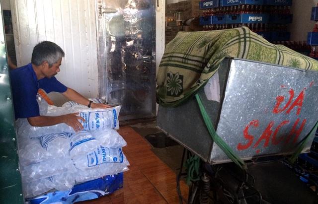 Đá viên sạch là một trong những mặt hàng bán rất chạy những ngày nhiệt độ tăng cao.