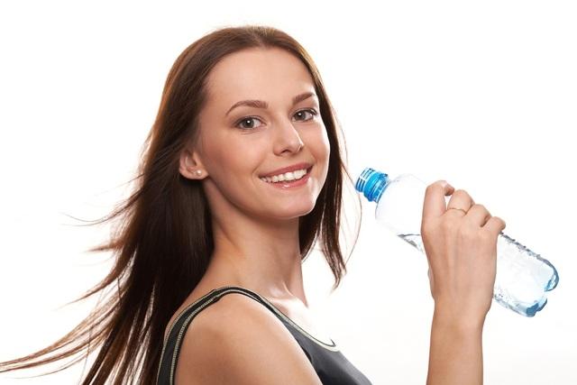Bạn nên uống nhiều nước nếu không muốn mắc sỏi thận ( ảnh minh họa)