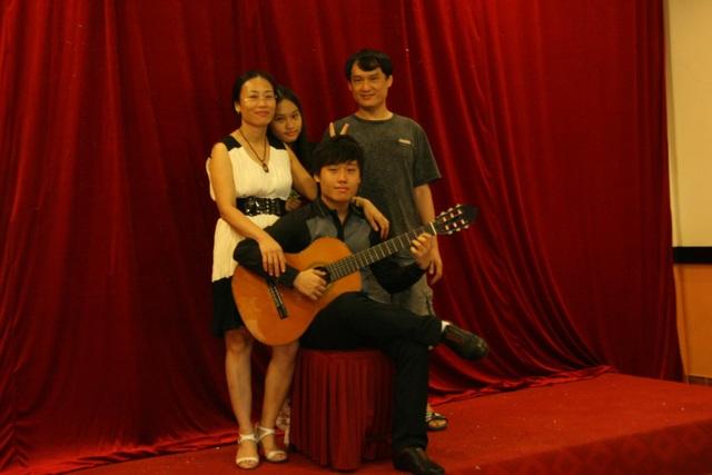 Vũ Thành Trung (cầm đàn guitar) cùng gia đình của mình trong một sự kiện dành cho học sinh tại trường trung học