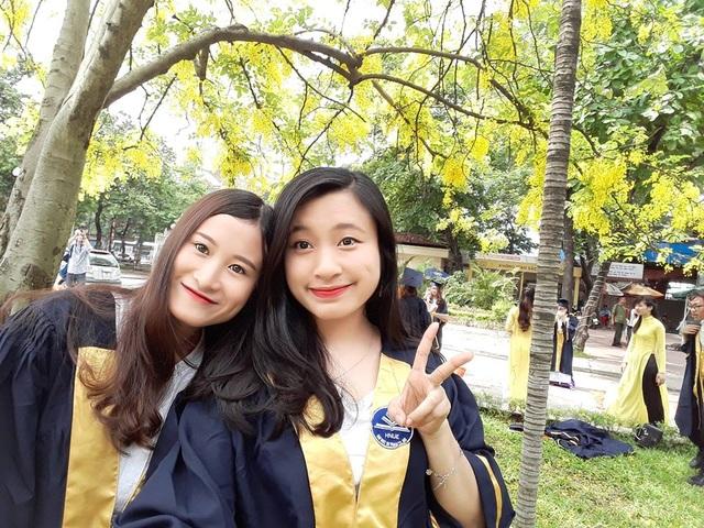 Với điểm trung bình toàn khóa 3,83/4, Phan Thị Thu Hiền (bên phải) tốt nghiệp Thủ khoa loại Xuất sắc Đại học Sư phạm Hà Nội năm 2017, chuyên ngành Sư phạm Ngữ văn chất lượng cao.