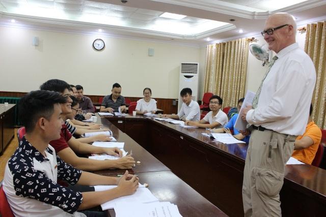 Giảng viên của chương trình đang trao đổi với sinh viên