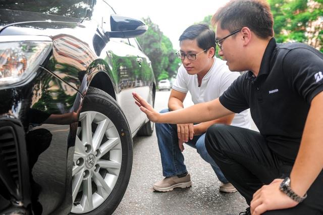 Tham dự chương trình, khách hàng còn được kĩ thuật viên Bridgestone kiểm tra, tư vấn và hướng dẫn sử dụng lốp xe đúng chuẩn