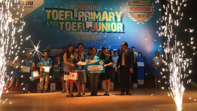 Trịnh Quang Thắng cùng mẹ nâng cup Vô địch cuộc thi.