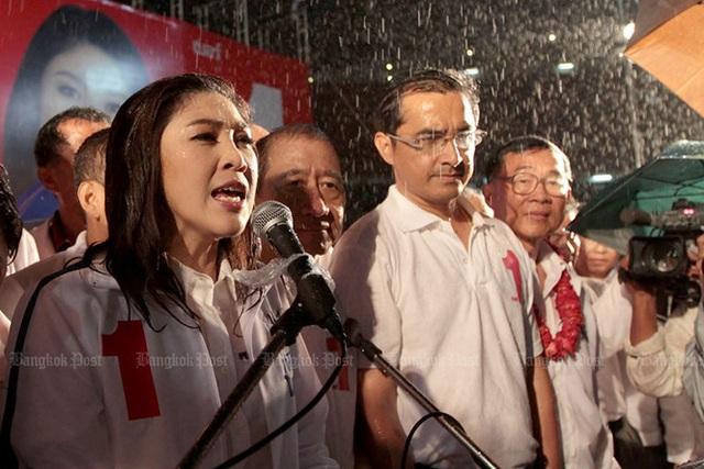 Bà Yingluck được bao quanh bởi những người ủng hộ chủ chốt trong đảng Pheu Thai và các nhà lãnh đạo phe áo đỏ trong bài diễn văn vận động tranh cử cuối cùng tại sân vận động Rajamangala vào ngày 2/7/2011. Ảnh: Bangkok Post