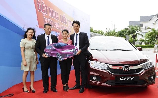 Chị Nguyễn Thị Châu (thứ hai từ phải sang) nhận thưởng ô tô Honda City.