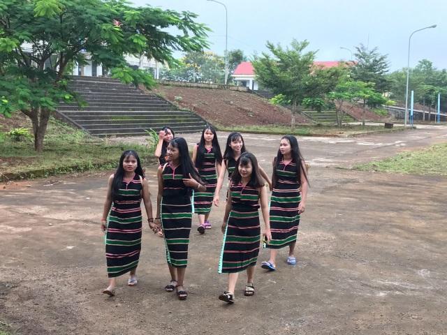 Các nữ sinh ngày đầu năm học mới (ảnh Dương Phong)