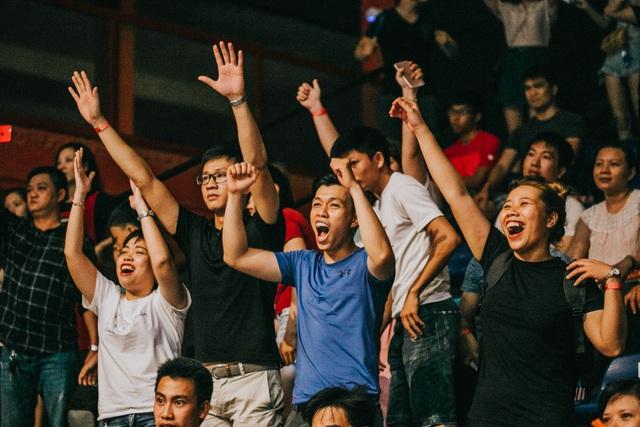 Khán giả không thể ngồi yên trước những trận đấu hồi hộp đến nghẹt thở