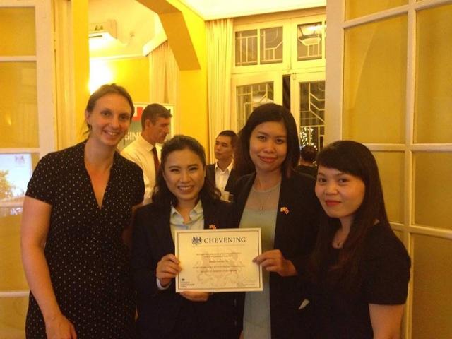 Khánh Hà rạng rỡ nhận chứng nhận học bổng Chevening