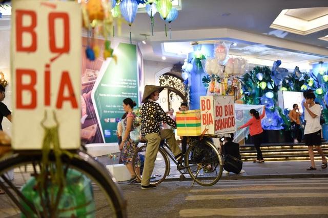 Xe hàng rong xuất hiện nhiều tại không gian đi bộ quanh hồ Gươm đoạn trước cửa Trung tâm thương mại Tràng Tiền.