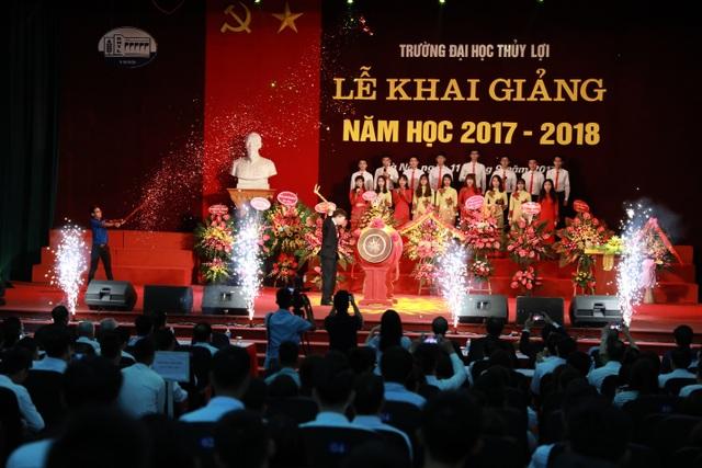 GS.TS Nguyễn Quang Kim, hiệu trưởng nhà trường đánh trống khai giảng năm học 2017-2018