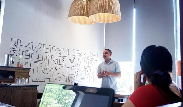 Thầy Chu Huy Anh trong một buổi tọa đàm thường kỳ cùng các bạn trẻ tại Hà Nội