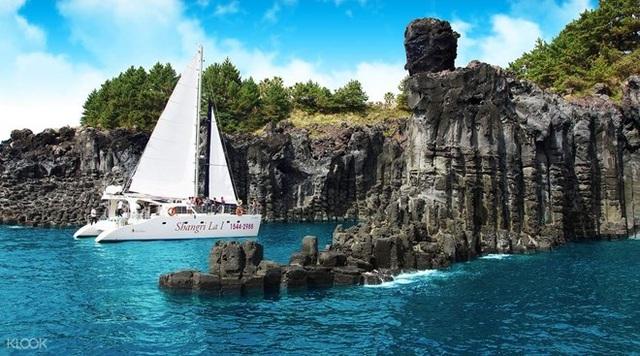 Ngắm cột đá từ du thuyền là một trải nghiệm khó quên. (Nguồn: Tổng cục Du lịch Hàn Quốc)