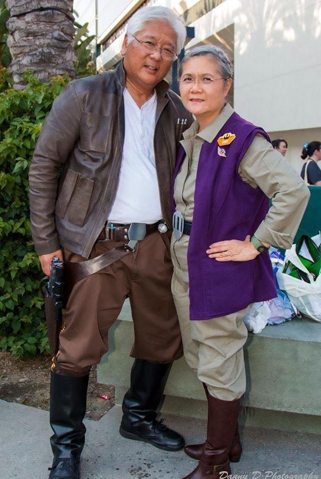 """Hai vợ chồng vui vẻ khoác lên mình bộ trang phục của Han Solo và Leia Organa Solo trong phim """"Star Wars"""""""