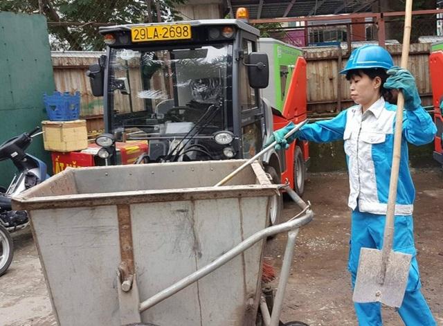 Chị Thanh Hoài chuẩn bị dụng cụ trước khi vào giờ làm. Ảnh: Nhật Linh
