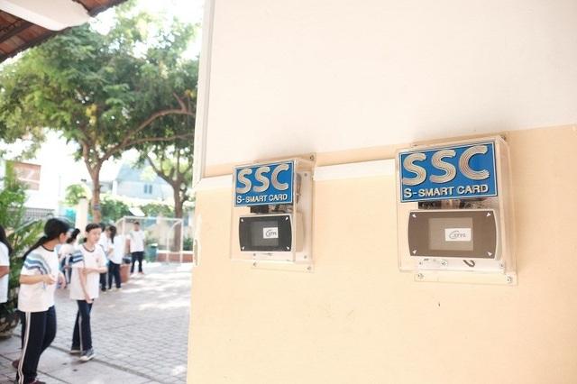 Có 7 máy điểm danh được đặt ngay cửa trường... (Ảnh: Thanh Tuyền)