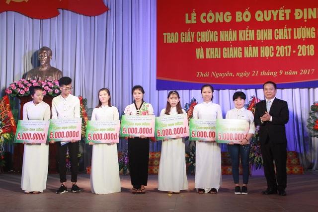 GS.TS Phạm Hồng Quang trao học bổng cho các tân sinh viên đạt trên 27 điểm đầu vào