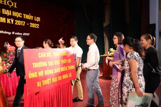 Các đại biểu dự đại hội công đoàn Trường ĐH Thủy Lợi ủng hộ trực tiếp