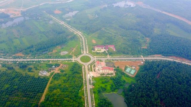 Dự án Đầu tư Xây dựng Đại học Quốc gia Hà Nội (ĐHQG Hà Nội) tại Hòa Lạc (Thạch Thất, Hà Nội) được triển khai trên tổng quỹ đất lên đến 1.000ha. Dự án được Chính phủ thông qua báo cáo nghiên cứu tiền khả thi năm 2003 do chính ĐHQG Hà Nội làm chủ đầu tư. Đến tháng 9/2008, Thủ tướng Chính phủ đã quyết định chuyển chủ đầu tư dự án sang Bộ Xây dựng.