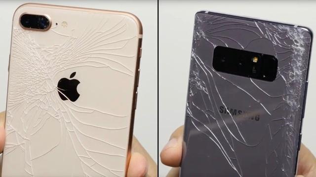 Có thể thấy rằng mặt kính phía sau trên cả 2 thiết bị đều bị rạn nứt sau tác động trực tiếp. Tuy nhiên khi quan sát vết rạn có thể thấy trên Note8, lực được phân tán ra 4 góc và cạnh viền. Trong khi đó trên iPhone 8 dường như lực tác động vào chính giữa thân máy.