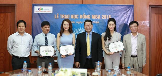 Á hậu Thụy Vân và MC Thu Hương trong buổi lễ trao học bổng MBA năm 2016.