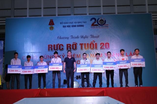 Ông Phạm Văn Tam - Chủ tịch Tập đoàn điện tử Asanzo trao học bổng cho các em có hoàn cảnh đặc biệt nhưng đạt thành tích xuất sắc.
