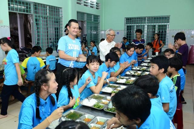 Ông Phạm Tường Huy - Tổng Giám đốc Herbalife Việt Nam thăm hỏi các em tại một bữa ăn ở Trung tâm BTXH Đồng Tâm